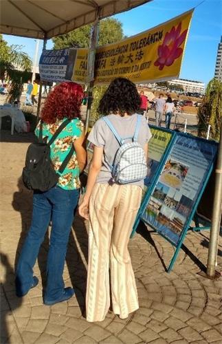 '图8:来自巴西南大河州(Rio Grande do Sul)小城的母女俩,很高兴有缘了解到法轮大法。'