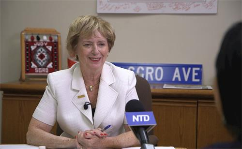 '图1:加拿大前移民部长、资深国会议员朱迪‧思格若(JudySgro)接受媒体采访。'