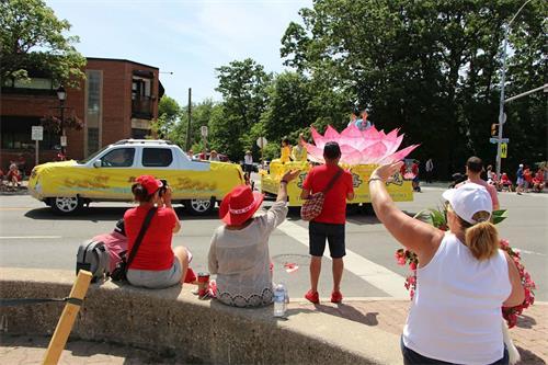 '图1~3:多伦多法轮功学员组成的天国乐团、花车和炼功队参加了上午十一点在密西沙加市(Mississauga)的国庆游行。'
