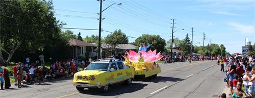'图4~6:下午四点天国乐团和花车参加了士嘉堡市(Scarborough)的国庆游行。'