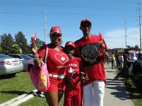 '图11:约克区学校委员会教育助理夏琳·汗尼(CharleneKhani)女士(左一)和先生及儿子。'