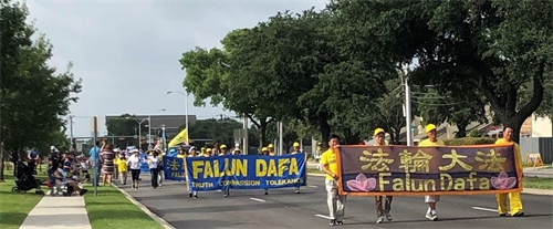 '图1~3:达拉斯地区法轮功学员参加布兰诺市国庆游行'
