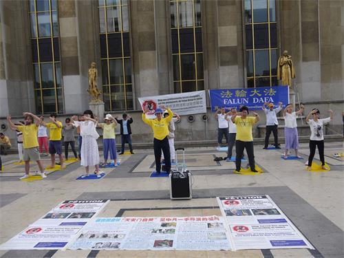 '图2:法轮功学员在人权广场展示法轮功功法'