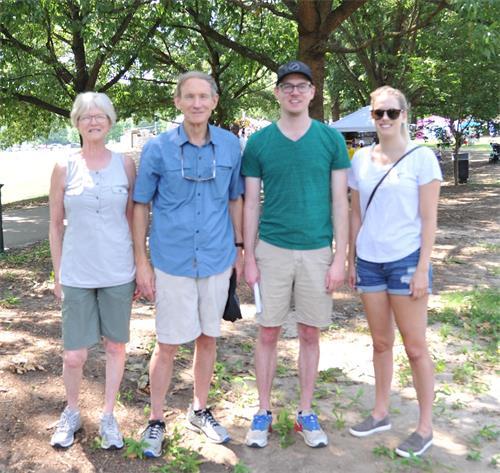 '图5:来自桑迪春(SandySpring)市的史密斯(Smith)一家四人在一旁观看了并学炼法轮功'