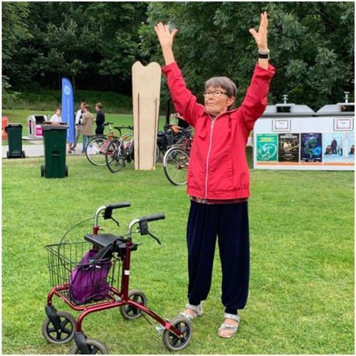 '图3:这位老年女士表示,跟着法轮功学员炼功,身体很舒服。'