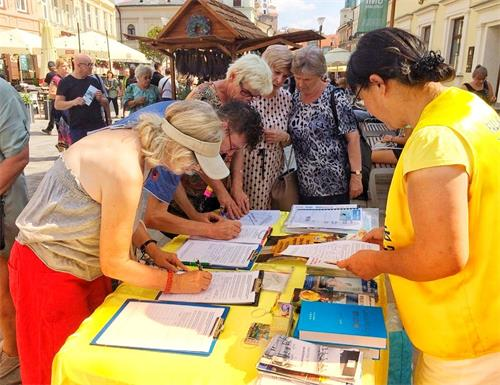 '图1~5:波兰民众纷纷签名,支持法轮功反迫害'