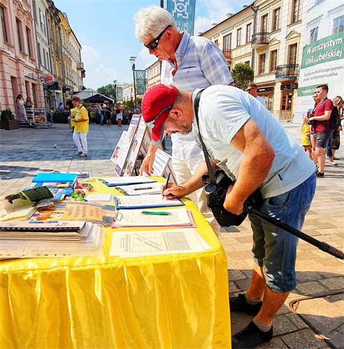 '图17:Sękowskai先生签名支持法轮功反迫害。'