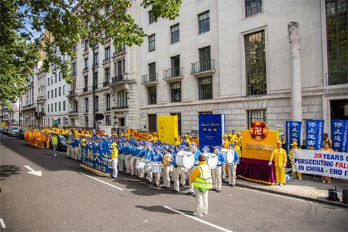 图11:游行队伍在中共使馆前准备出发。
