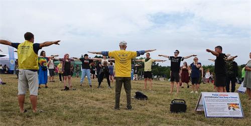 '图1~7:音乐节上,人们踊跃学炼法轮功。'