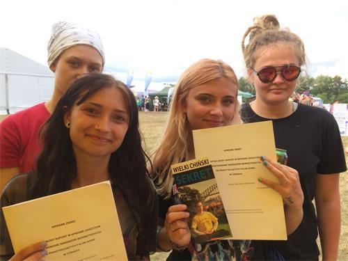 '图20:Ania,Marta,Daria,Oliwia四位姑娘表示:我们从心中全力支持法轮功。'