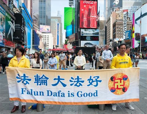 图1-4:法轮功学员在纽约曼哈顿42街时代广场(Times Squares)集体展示功法。