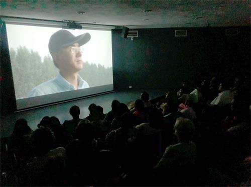 """'Figuras 1-2: La audiencia está viendo el documental """"Carta de ayuda"""""""