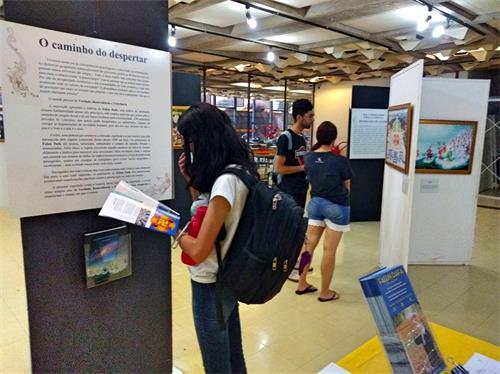 图1~3:近日,巴西法轮功学员在首都里约热内卢的巴西利亚公立大学举办为期而周的真善忍美展,吸引该校师生和教职工前来观看。