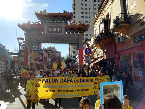 '图4~6:下午,学员们来到中国城举办游行和讲真相活动,吸引众多民众关注。'