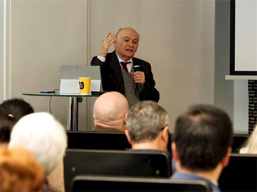 '图4:二零一九年九月十八日,在芬兰举行的研讨会上,著名人权律师大卫‧麦塔斯(DavidMatas)发言,揭露中共活摘器官的罪行。'