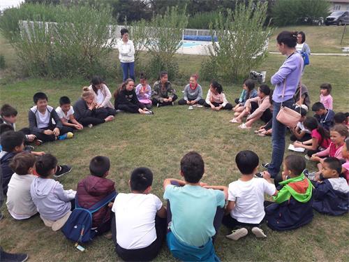 '图1:参加今年明慧夏令营的小弟子在交流彼此的体会'