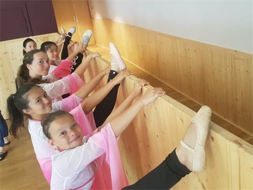 '图2:女生们在做中国古典舞的基本功训练'