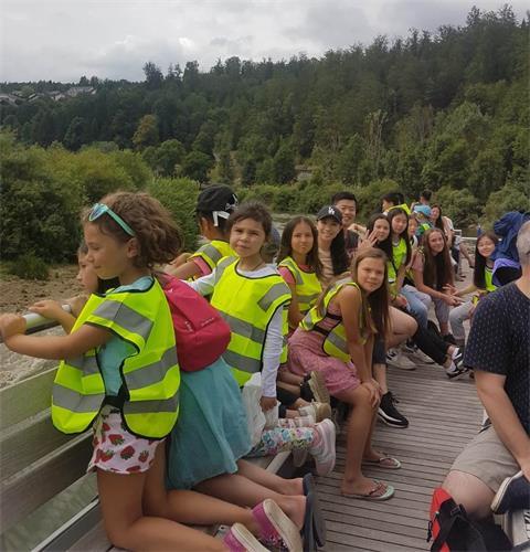 '图5:孩子们在观赏大自然的美妙协和'