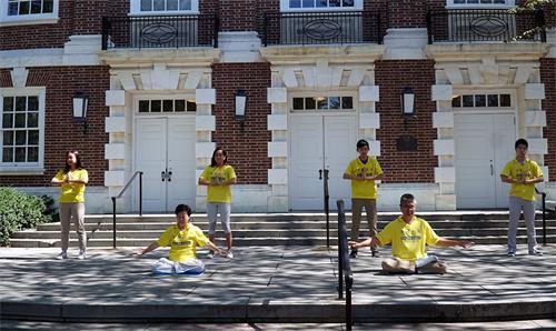 '图1~2:法轮功学员在德拉华州纽瓦克社区日做<span class='voca' kid='86'>功法</span>演示。'