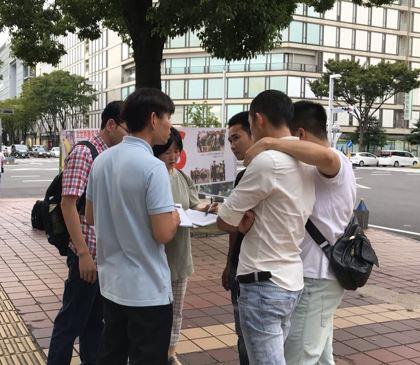 '图1~3:日本中部地区法轮功学员在爱知县首府名古屋市举办讲真相活动。民众了解真相后,签名谴责中共迫害。'