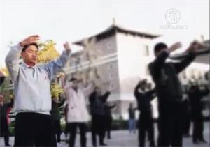 '当年的清华大学炼功点,左一为后来遭受过迫害的法轮功学员黄奎'