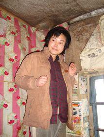 '被迫害致疯的柳志梅,当有人试图接近,她就攥着双手躲向自家墙角'
