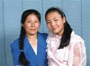 '陈英(右)和妈妈'