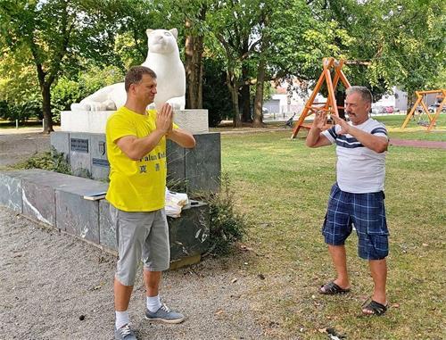 '图3:布兰科(Branko,右)先生两天都来学炼法轮功功法。'