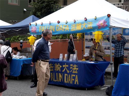 '图1:二零一九年九月七日和八日,法轮功学员在旧金山中国城中秋街会设立展位,向民众传播法轮功的真相。'