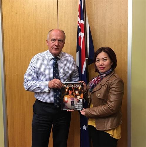 澳洲参议员:法轮功为中国所有良心犯争人权(图)