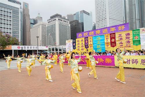 '图2~3:二零二零年一月二十五日,中国新年大年初一,香港法轮功学员向李洪志大师拜年。法轮功学员以打腰鼓方式向师父拜年。'