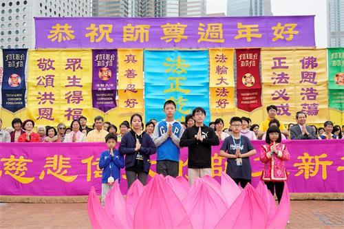 '图4:香港小弟子恭敬合十,向师父拜年。'