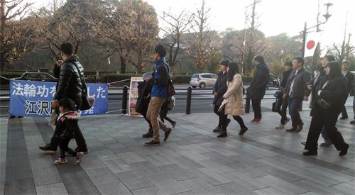 '图2:东京部份法轮功学员新年期间至神社举办讲真相活动。'