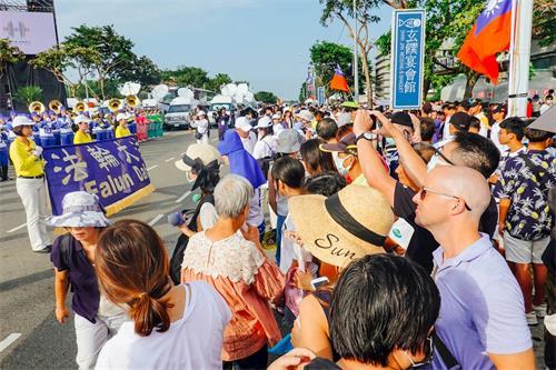 '图7:台湾民众纷纷为法轮功学员的天国乐团拍照留影'