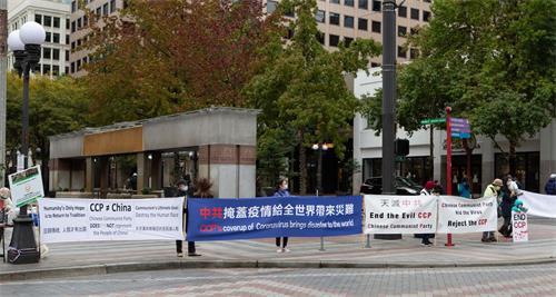 '图4:真相横幅展示在西雅图市中心街道'