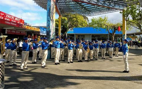 '图1:天国乐团在奥克兰南区集会上演奏。'