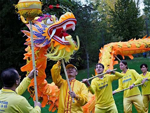 '图2:法轮功学员组成的舞龙队在德国西部城市吕嫩市的国际文化周中表演。'