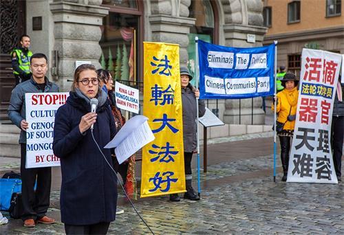 '图6:TheEdelstamFoundation人权基金会主席卡罗琳·埃德尔斯坦(CarolineEdelstam)女士在集会上发言。'