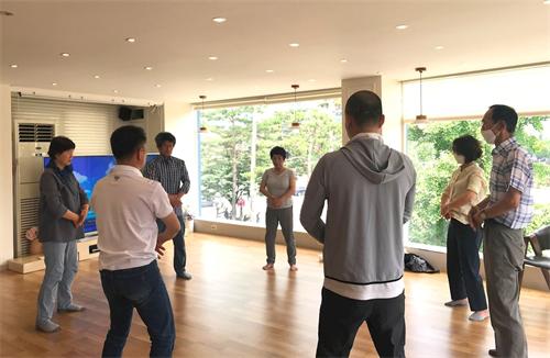 '图1~2:韩国首尔法轮功九天学习班,新学员学习功法。'