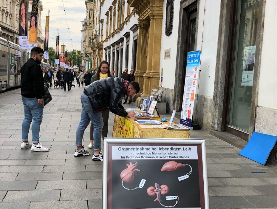 '图3:土耳其青年在征签表签名'