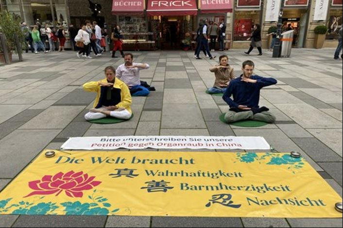 '图1:法轮功学员在维也纳老城著名商业街格拉本大街打坐'
