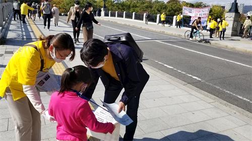 '图1~12:民众了解真相并在举报书上签名声援'