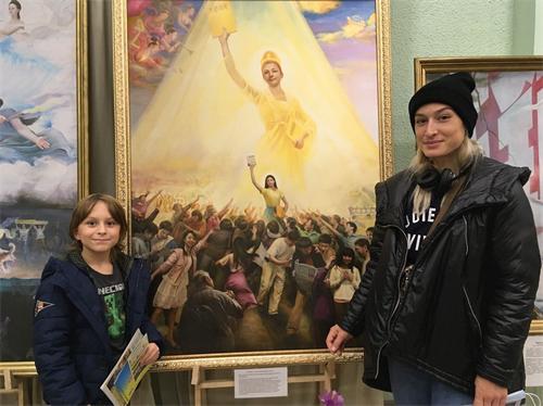 '图4:亚力山德拉与幼子:欣赏画展,了解人类来源'