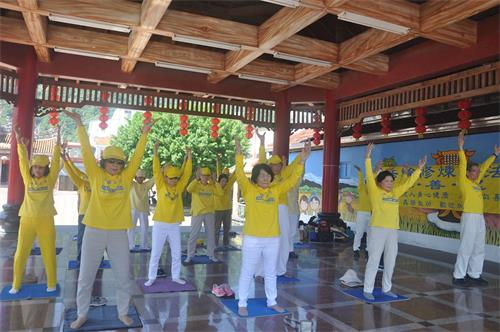 '图1~2:台东法轮功学员在台东县关山镇集体炼功弘法传递法轮功真相。'