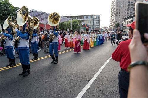 '图3:紧跟着天国乐团后面的是美丽的法轮功仙女队,手捧着大莲花,吉祥献瑞,把平安和美好带给大家。'