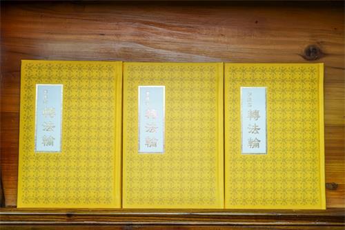 '图1~2:香港天梯书店,欢迎大家来天梯书店了解法轮大法。'
