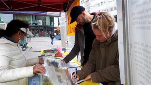 '图7:民众为支持法轮功反迫害签名'