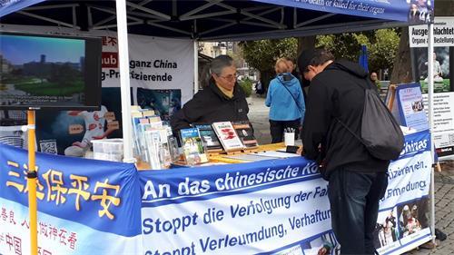 '图8:民众在杜赛尔多夫真相点为支持法轮功反迫害签名'