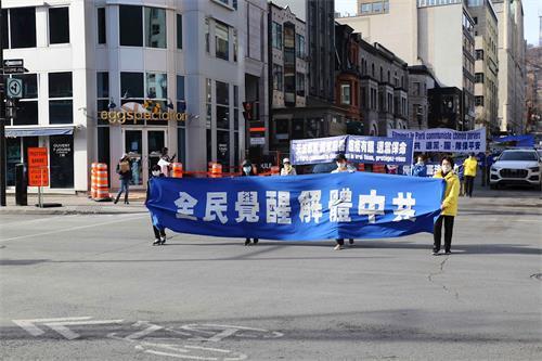 '图1~11:加拿大魁北克法轮功学员在蒙特利尔市中心举行声势浩大的反迫害、声援三退大游行'