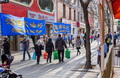 '图14:游行队伍走到蒙特利尔唐人街'